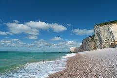 Sätta på land, det blåa havet och klippor i Etretat, Frankrike Arkivfoton