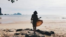 sätta på land flickan fotografering för bildbyråer