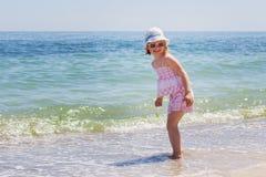 sätta på land flickan little som kör Royaltyfria Bilder