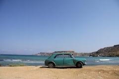 sätta på land gammalt parkerat rostigt för bil royaltyfri fotografi