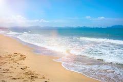 Sätta på land härliga halmtäckte paraplyer och det ljusa turkoshavet, stor rekreation och avkoppling tropiskt paradis arkivfoto