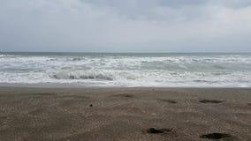 sätta på land havswaves stock video