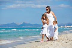 sätta på land henne barn för semestern för ungemoder två Fotografering för Bildbyråer