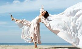sätta på land kvinnan Fotografering för Bildbyråer