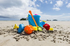 Sätta på land leksaker, sandleksaker på en strand i Thailand Fotografering för Bildbyråer