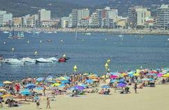 Sätta på land på lilla staden Palamos Costa Brava i Spanien i en solig sommardag, tidschackningsperiod 29 07 2018 Spanien royaltyfria bilder