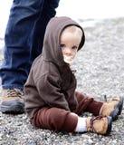 sätta på land litet barn Arkivbild
