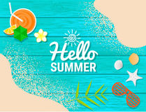Sätta på land objekt och sandpappra på blått trä för sommarbegrepp Arkivbild