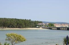 Sätta på land och bron av ön av La Toja arkivbild