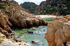 Sätta på land på den steniga kustlinjen i Sardinia, Italien Arkivfoto