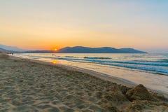 Sätta på land på solnedgång i byn Kavros i Kretaön, Grekland Magiskt turkosvatten, lagun Arkivfoton