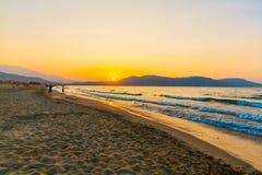Sätta på land på solnedgång i byn Kavros i Kretaön, Grekland Magiskt turkosvatten, lagun Arkivbilder