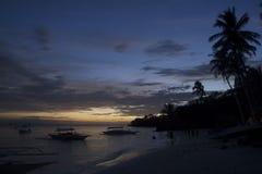 Sätta på land på solnedgången i Alona Beach i Bohol Filippinerna Arkivfoto