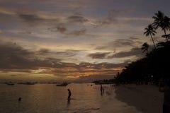 Sätta på land på solnedgången i Alona Beach i Bohol Filippinerna Arkivbilder