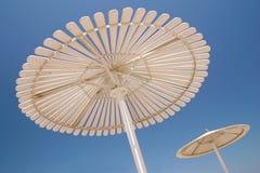 sätta på land paraplyet Arkivfoto