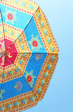 Sätta på land paraplyet mot den blåa skyen Fotografering för Bildbyråer