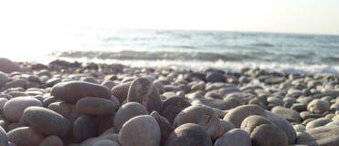 sätta på land pebblen royaltyfri fotografi