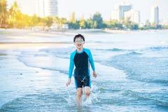 sätta på land pojkerunning Fotografering för Bildbyråer