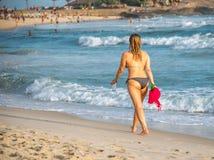 Sätta på land semestern Härlig kvinna i bikini som tycker om perfekt solig dag som går på den Ipanema stranden, Rio de Janeiro royaltyfri fotografi