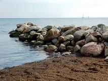 Sätta på land sikten på det baltiska havet med seglingskepp royaltyfri foto