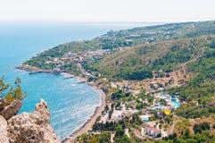 Sätta på land på sjösidan, blått vatten, sikt från ovanför bergen till staden av Simeiz, Yalta, Krim royaltyfria bilder