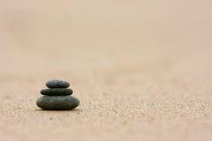 sätta på land staplade pebbles Arkivbilder