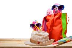 Sätta på land tillbehören, hatten, solglasögon, skor, paraply på trä, begrepp Fotografering för Bildbyråer