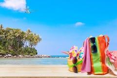 Sätta på land tillbehören, hatten, solglasögon, skor, paraply på trä, begrepp Royaltyfri Bild