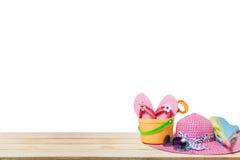 Sätta på land tillbehören, hatten, solglasögon, skor, paraply på trä, begrepp Arkivfoton