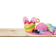 Sätta på land tillbehören, hatten, solglasögon, skor, paraply på trä, begrepp Royaltyfria Foton