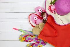Sätta på land tillbehören, hatten, solglasögon, skor, paraply på vitt trä, c Royaltyfri Foto