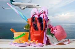 Sätta på land tillbehören, hatten, solglasögon, skor, paraply på trä, begrepp Arkivbild