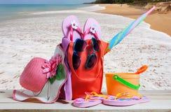 Sätta på land tillbehören, hatten, solglasögon, skor, paraply på trä, begrepp Arkivfoto