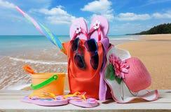 Sätta på land tillbehören, hatten, solglasögon, skor, paraply på trä, begrepp Royaltyfri Foto