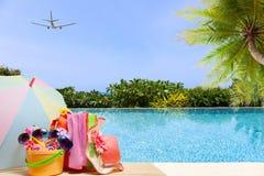 Sätta på land tillbehören, hatten, solglasögon, skor, paraply på trä, begrepp Arkivbilder