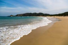 Sätta på land vågbrytaren (praiavågbrytare) i Florianopolis, Santa Catarina, Brasilien Arkivbild