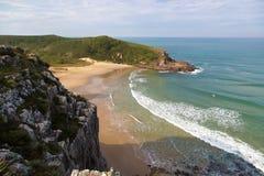 Sätta på land vågbrytaren (praiavågbrytare) i Florianopolis, Santa Catarina, Brasilien Royaltyfria Foton
