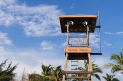 Sätta på land vakttornet för att se folk runt om stranden och havet Royaltyfri Foto