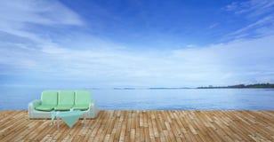 Sätta på land vardagsrummet och balkonger med soffan och seascape i sommarhav Royaltyfri Fotografi