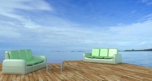 Sätta på land vardagsrummet och balkonger med soffan och seascape i sommarhav Arkivbild