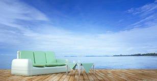 Sätta på land vardagsrummet och balkonger med soffan och seascape i sommarhav Royaltyfria Bilder