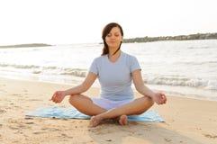 sätta på land yoga Royaltyfria Foton