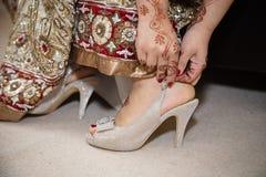 Sätta på skorna Arkivbild