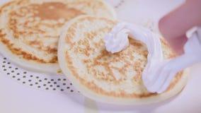 Sätta piskad kräm på pannkakan i hjärtaform stock video