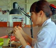 Sätta in skalet in i en ostron i en cultuerd pryda med pärlor fabriken, Viet Arkivbild
