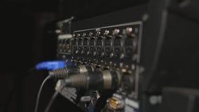 Sätta in yrkesmässiga ljudsignala kablar för XLR till den bakre panelen av den yrkesmässiga registreringsapparaten fotografering för bildbyråer