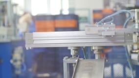 Sätter den mekaniska handen för maskinen Tin Canning Lids på transportör lager videofilmer
