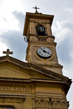 sätter en klocka på den gamla väggen för caiellogallarate och det kyrkliga tornet molnig da Royaltyfria Foton