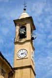 sätter en klocka på den gamla väggen för jeragoen och det kyrkliga tornet solig dag Arkivfoton