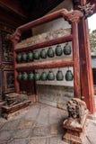 Sätter en klocka på den stora Hall för den Yunnan Honghe prefekturJianshui templet borggården Arkivfoton